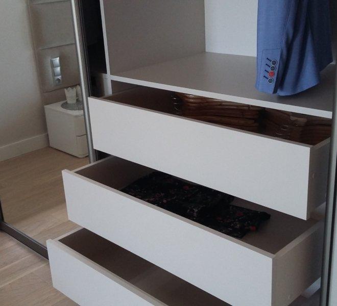 Szafa na poddaszu szuflady otwarte