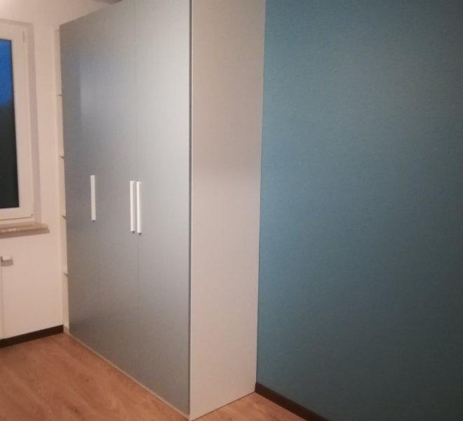 Szafa klasyczna szare drzwi